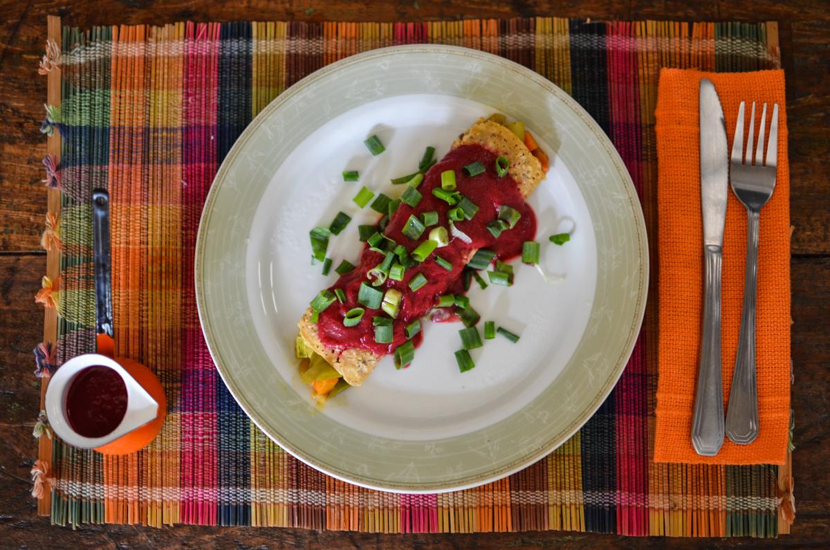 panqueca vegana com molho vermelho