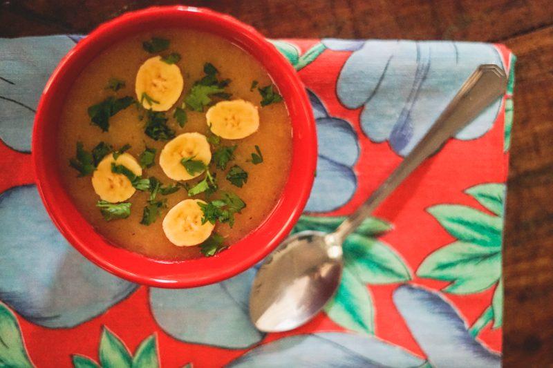 sopa de mandioca com banana ouro