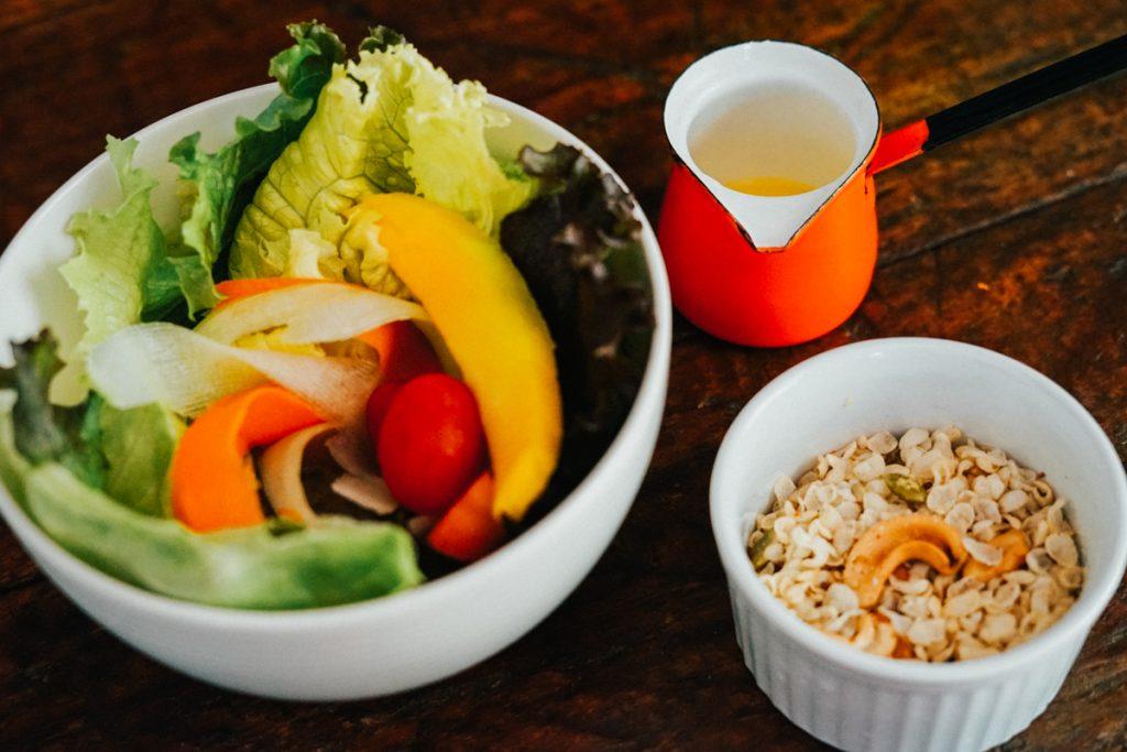 Receita: salada com granola salgada