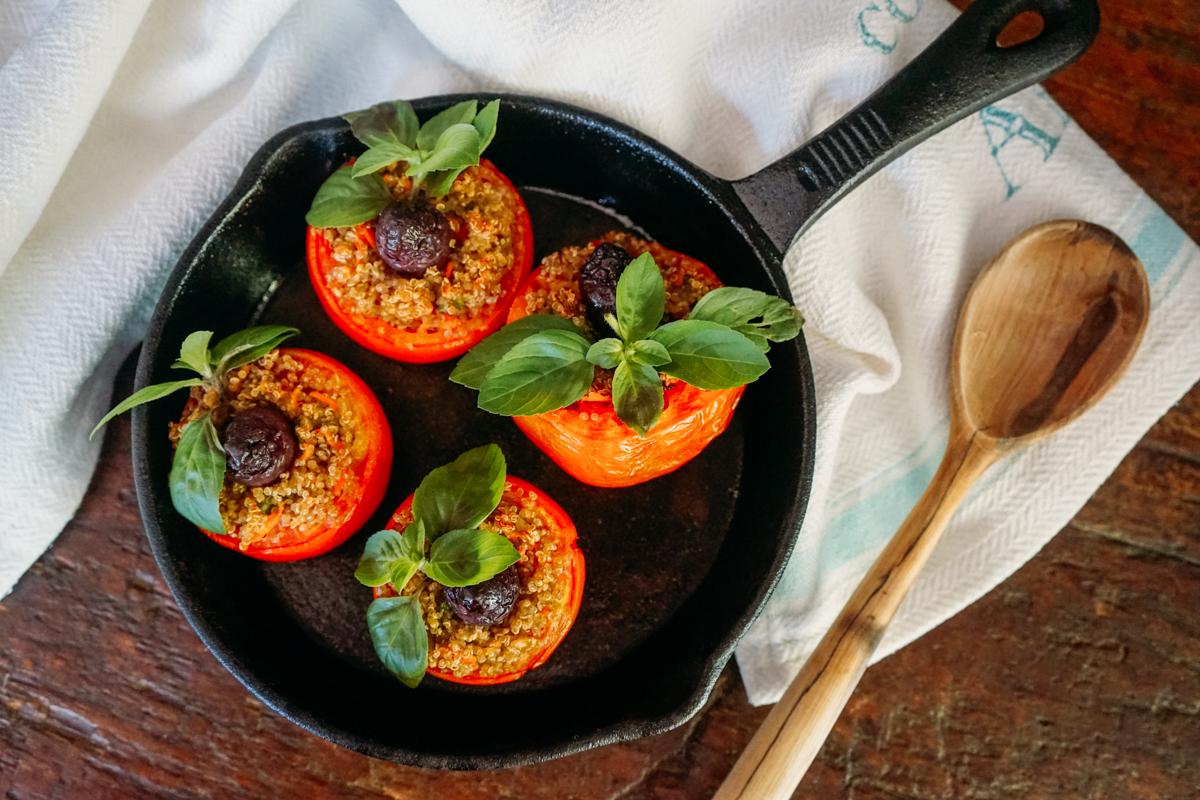 Delicioso tomate recheado com farofa de quínua