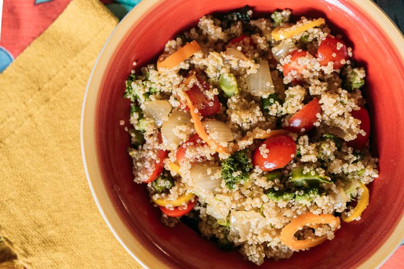 salada de quinua com brocolis e tomate