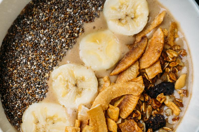 smoothie de cacau com banana e pasta de amendoim