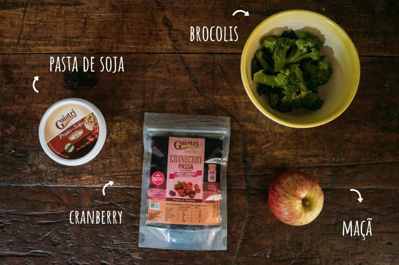 ingredientes salada de brocolis com maçã e cranberry