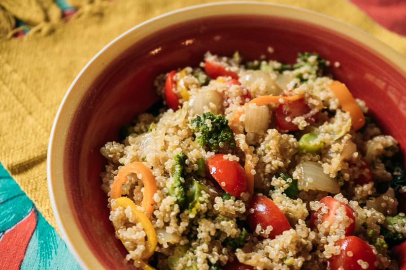 Salada de quínua com pimentão e brócolis